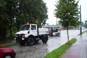 Breakdown lorry of the German type DB UNIMOG 427/10 in action