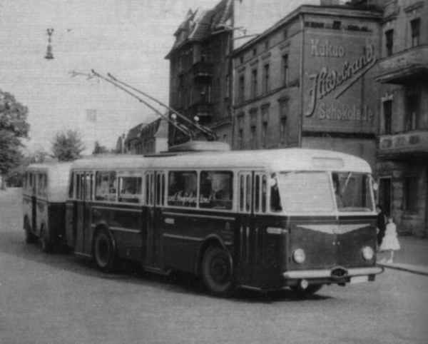 Trolleybus no. 9/III of the Czech type ŠKODA 8 Tr6 with trailer shortly before the east ramp of the railway bridge turning to the left from Eisenbahnstraße on the railway station forecourt